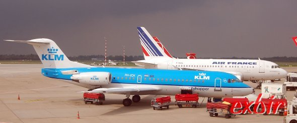 Eine Fokker 70 neben einem KLM Jet in Berlin-Tegel.  Foto: Christian Maskos