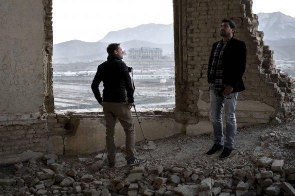 Josh im inneren des zerstörten Darulaman Palast in Kabul.