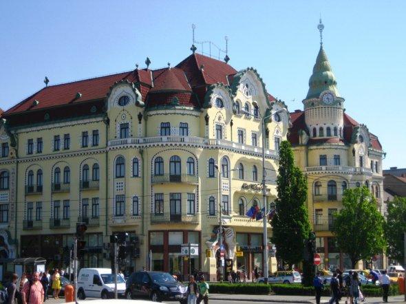 Eine der zahlreichen gut erhaltenen historischen Gebäude in Oradea