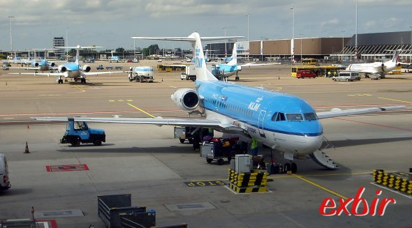 Mehrere Fokker Flugzeuge  am Flughafen von Amsterdam -  im Hintergrund sogar noch eine Fokker 50.  Foto: Christian Maskos