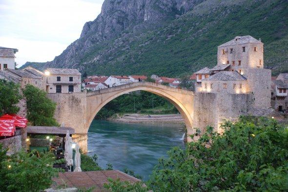 Mostar, Brücke und Altstadt. Urheber: xiquinhosilva, Lizenz: creative commons (Namensnennung)