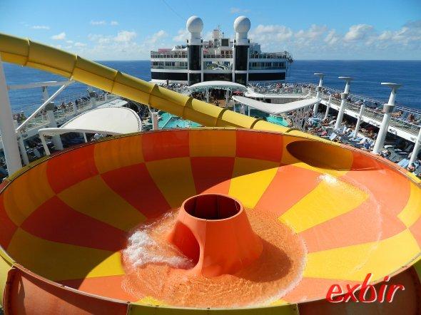 """Einige Schiffe wie die Norwegian Epic haben auch einen ganzen """"Aqua-Park""""  mit Whirpool, Rutschen und Wasserspielen für Kindern an Bord.  Foto: Christian Maskos"""