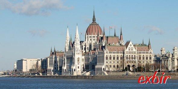 Das wohl bekannteste Wahrzeichen von Budapest: Das ungarische Parlament.  Für EU-Bürger sind Führungen durch das Parlament nach Voranmeldung kostenfrei und auch in Deutsch möglich. Foto: Christian Maskos