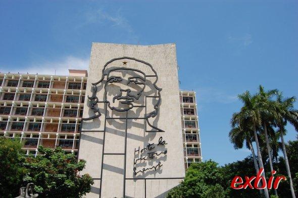 Regierungsgebäude in Kuba mit Che Portrait