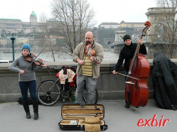 Straßenmusikanten an der Donau-Promenade in Pest.  Foto: Christian Maskos