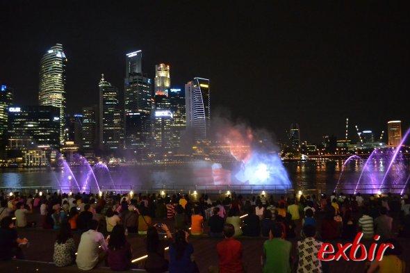 Licht- und Filmshow im nächtlichen Singapur.