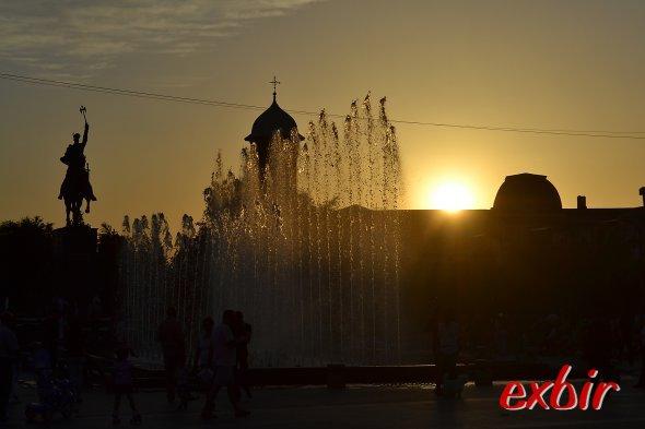 Springbrunnen am Hauptplatz von Craiova beim Sonnenuntergang. Foto: Christian Maskos