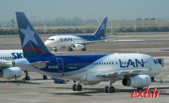 Flugzeuge von LAN auf dem Flugahfen von Santiago de Chile.  Foto: Christian Maskos