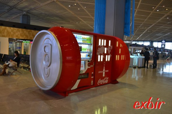 Überdimensionale Coladose am Airport Narita.  Foto: Christian Maskos