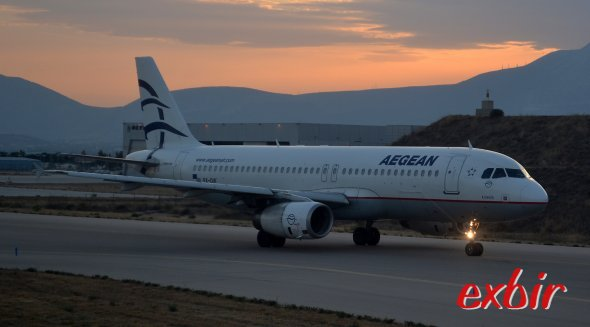 Ein Airbus A320 von Aegean Airlines steht während des Sonnenuntergangs am Flughafen von Athen zum Start bereit. Bei gelegentlichen Preisaktionen sind Inlandsflüge in Griechenland mit Aegean auch billig zu haben. Foto: Christian Maskos
