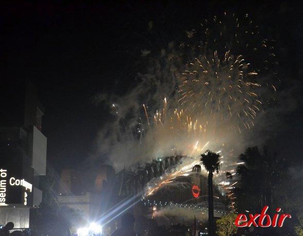 Feuerspeiende Brücke:  Spektakuläres Feuerwerk an der Harbour Birdge. Foto:Christian Maskos