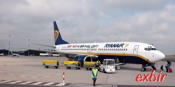 Vor zehn Jahren noch ohne Winglets unterwegs - die Boeing 737-800 von Ryanair.  Aber schon damals ar klar: Kerosinzuschläge und andere Abzockzuschläge der Teuer-Airlines wird es bei den Ien nciht geben. Foto: Christian Maskos