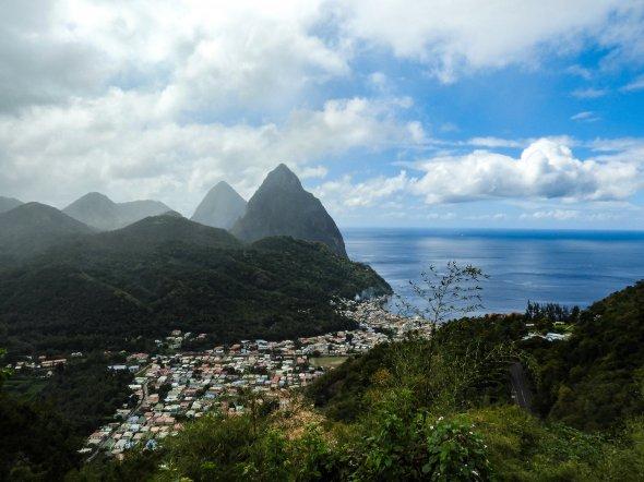 Hier lohnt sich schon die Buchung dieser Kreuzfahrt fast nur wegen der traumhaften Karibikinsel St. Lucia. Im Bild zu sehen sind Soufriere & The Pitons.
