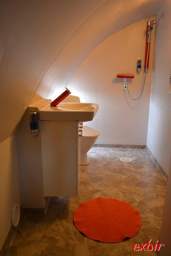 """Ein geräumiges Badezimmer in der Boeing 747-200 """"Jumbo Stay"""" in Stockholm-Arlanda.  Foto: Christian Maskos"""