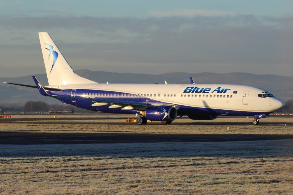 Eine Blue Air Boeing B737-800 in Glasgow