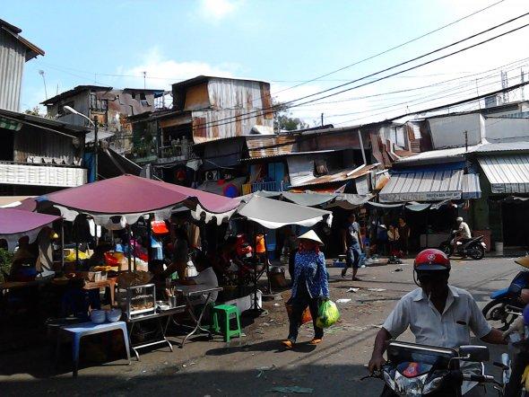 Bild 2, Eine Fülle visueller und olfaktorischer Eindrücke: Straßenszene in Cholon.