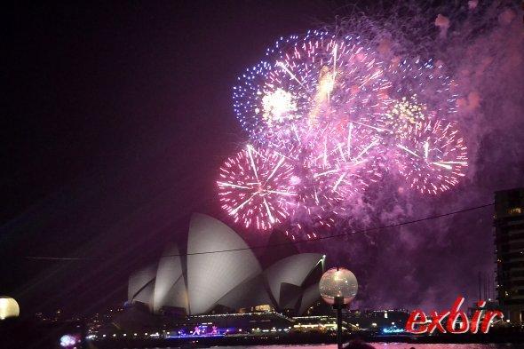 Feuerwerk in Sydney hinter und über dem weltberühmten Opernhaus.    Direkt ans Wasser konnte ich für das Foto nicht - denn dann wäre die Brücke nicht mehr sichtbar gewesen - und ich wollte alle Feuerwerke sehen. Foto: Christian Maskos