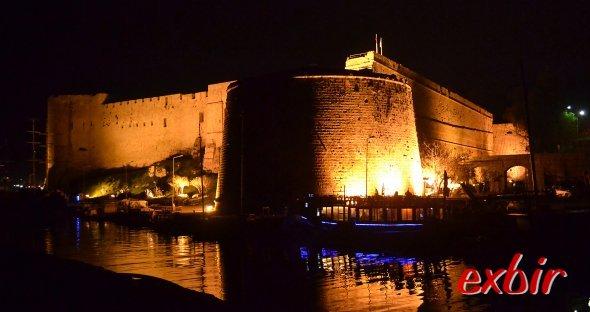 Auch Nachts romantisch: Die beleuchtete Burg von Girne überragt das Hafenbecken.  Foto: Christian Maskos
