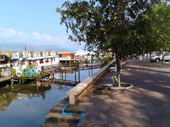 Bild 6a, Die alte Brücke von Kampot und die Flusspromenade.