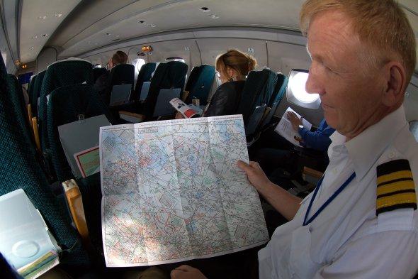 Der First Officer zeigt die Flugkarte in der YAK 40. Foto: Bernd Karlik