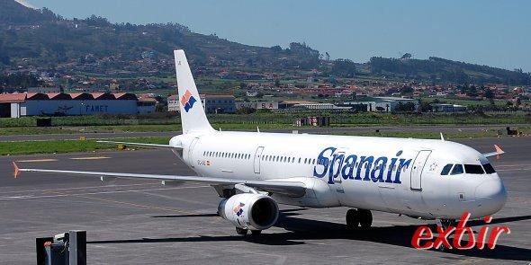 Ein Airbus A321 von Spanair auf dem Flughafen Teneriffa-Nord. Seit heute ist die Fluglinie pleite.   Foto: Christian Maskos