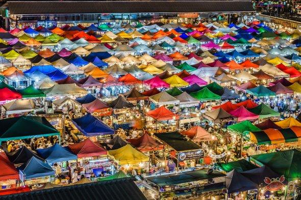 Nachtmarkt in der thailändischen Hauptstadt Bangkok
