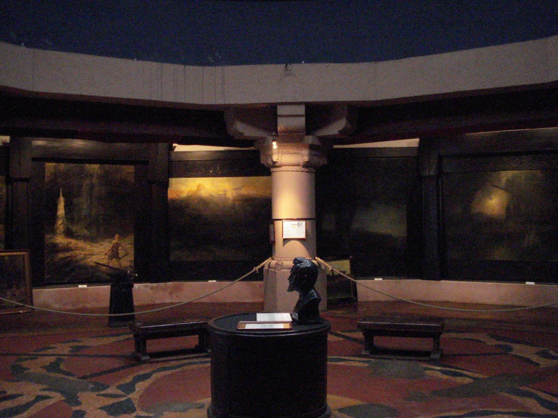 Nibelungenhalle, düster, Hendrich-Büste, Großgemälde Bildquelle: unbekannt