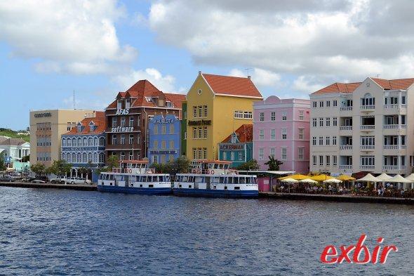 Skyline von Curacao.  Bunte Häuser vermitteln Karibik-Feeling Foto: Christian Maskos