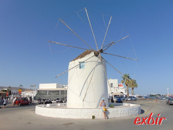 The Paros Windmill at the harbour is one of the most photographed spots of the island.  photo: Christian Maskos