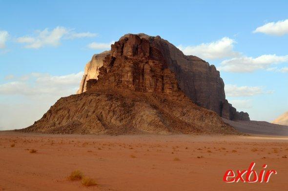 Die farbenprächtige Wüste Wadi Rum lädt zur Übernachtung in einem Beduinencamp ein-  eine absolut einmalige Erfahrung.  Foto: Christian Maskos