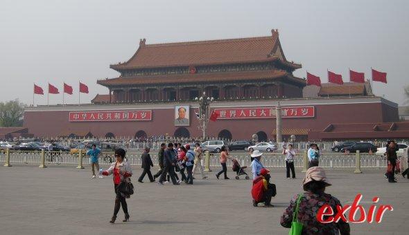Passanten vor dem Kaiserpalast In Peking.