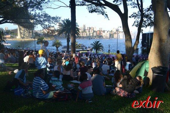"""Pciknick im Grünen in""""The Rocks""""  mit Sicht auf die Harbour Bridge und North Sydney. Foto:Christian Maskos"""
