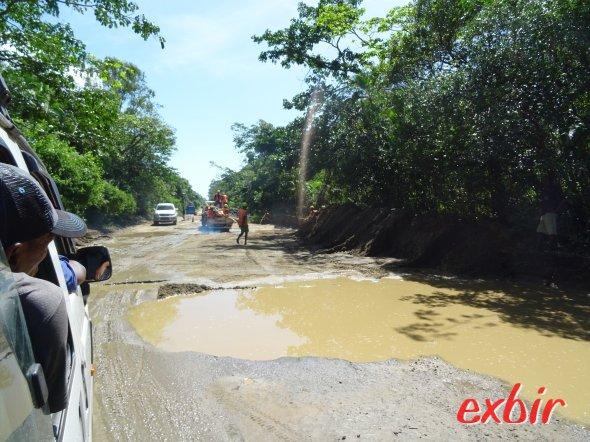 Schlaglochpiste zwischen Toamasina und Foulpointe.