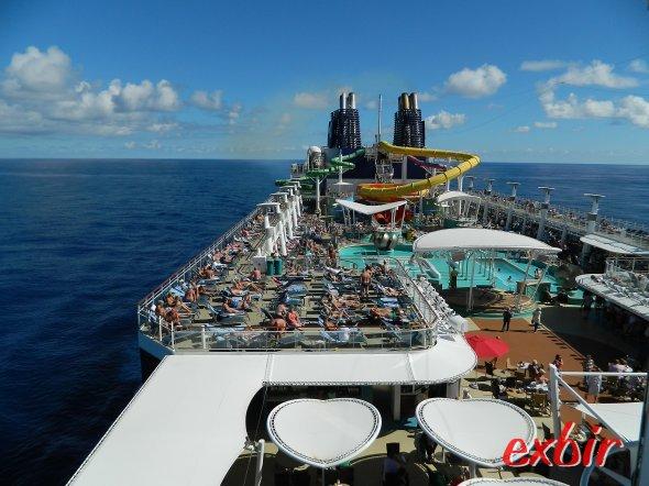 Sonnen, Rutschen oder Fußball -  auf modernen Kreuzfahrtschiffen wird dem Gast nicht langweilig.  Foto: Christian Maskos