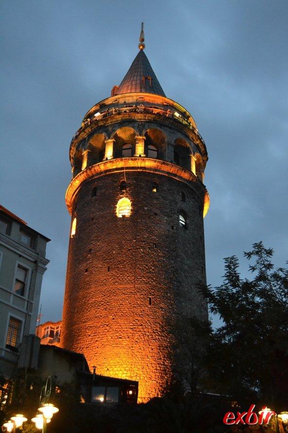 Galata-Tower in der Abenddämmerung,  nur fünf Fußminuten von der Szene auf der linken Seite entfernt.  Foto: Christian Maskos