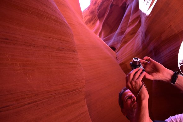 Ein Tourist im Antelope Canyon (Page, Arizona)