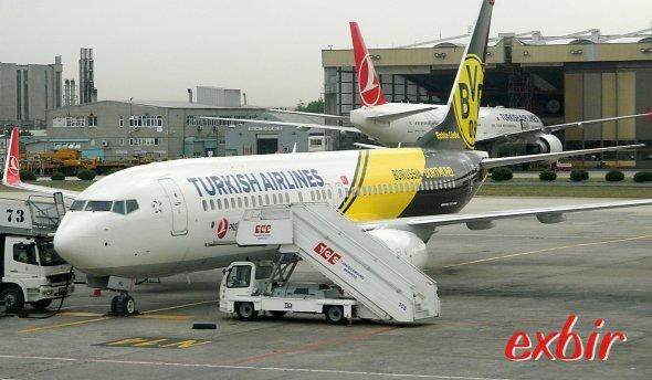 Turkish Airlines hat eine Boeing 737-800 als Logojet für Borussia Dortmund lackiert, der auch das Team vom Finale abholen soll.  Foto: Christian Maskos