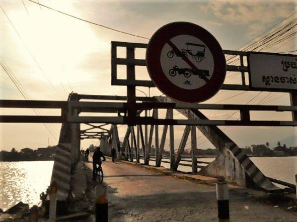 Für Rikschas keine Weiterfahrt: Die alte Brücke von Kampot und die Flusspromenade, Kambodscha