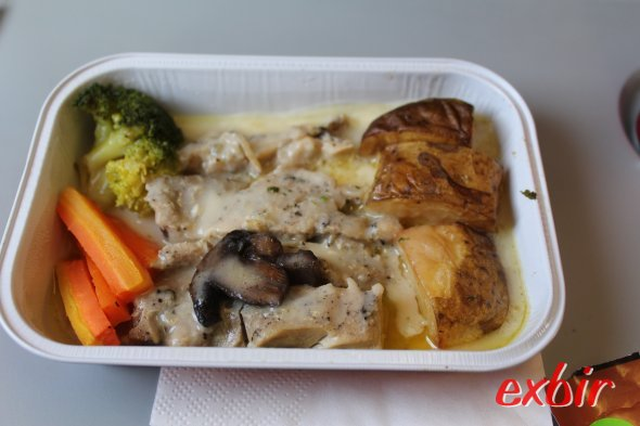 Preebooked Chicken-Meal   von Indonesia Air Asia X.  Foto: Christian Maskos