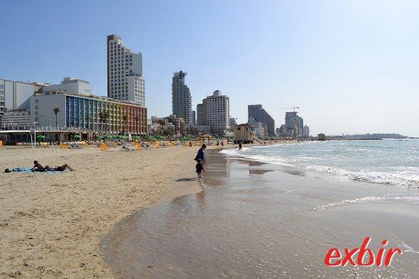 Baden und Party machen am selben Fleck: Der Stadtstrand in Tel Aviv.  Foto: Christian Maskos