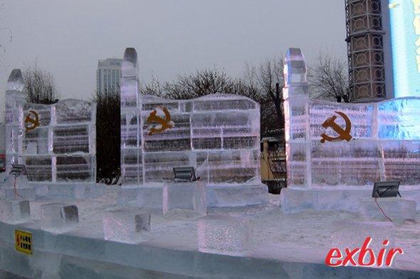 Eisfahnen der Kommunistischen Partei Chinas in Harbin