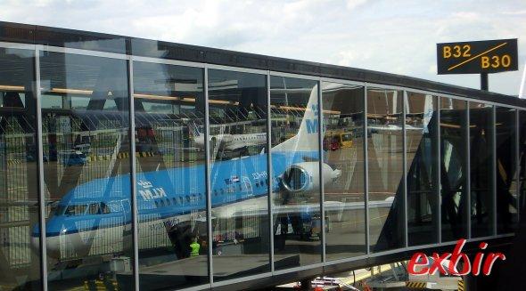 Eine Fokker 70 spiegelt sich im Glas des Flugtseigs.  Foto: Christian Maskos