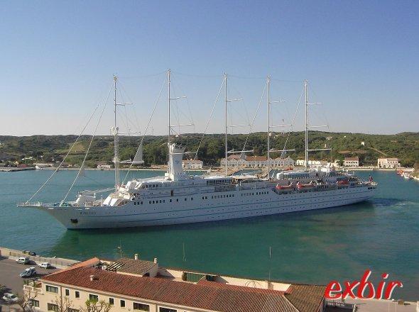 Ein Segelschiff im Hafen von Mahon.  Foto: Christian Maskos