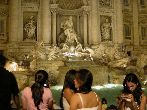 Menschen am Trevi Brunnen in Rom