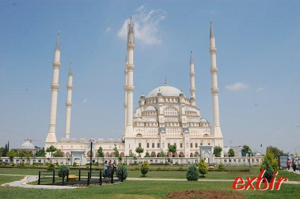 Die große Moschee von Adana ist neben der Steinbrücke das Wahrzeichen der Universitätsstadt.  Foto: Christian Maskos