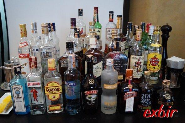 Eine rieisge Auswhal an alkoholischen und nichtalkoholischen Getränken steht für die Fluggäste bereit. Foto: Christian Maskos