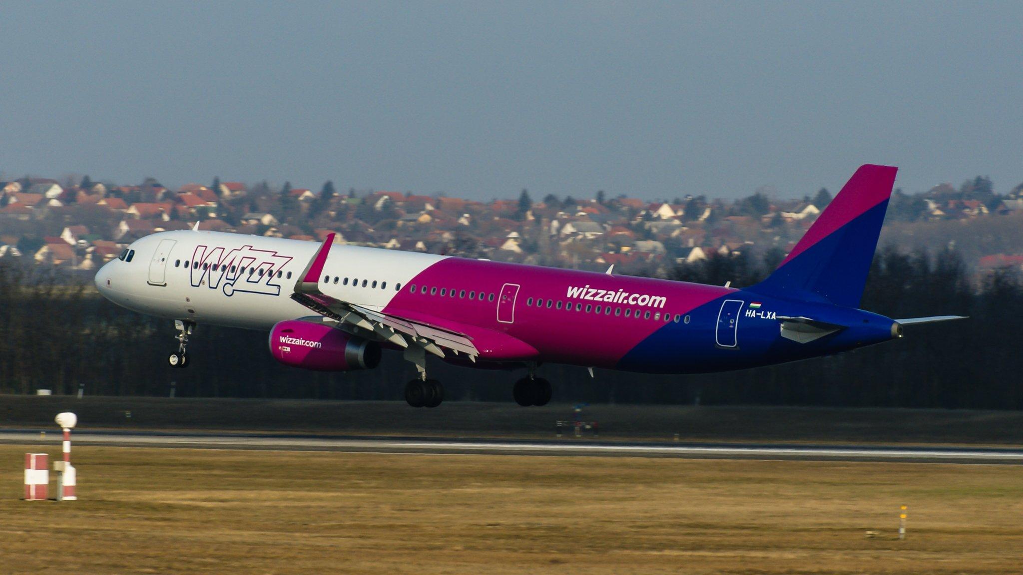 Ein A321 von Wizzair während der Landung