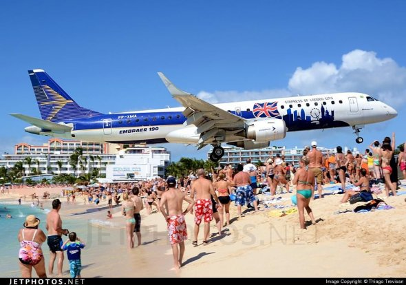 """An @EmbraerSA E190 low over beach goers heads at @sxmtweets. http://t.co/z4ayV5ZlbZ by Thiago Trevisan"""