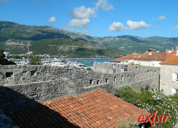 Stadtmauer und Berge im Hintergrund.  Foto: Christian Maskos