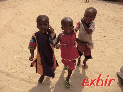 Kinder in Gambia wollen gerne fotografiert werden. Foto: Wolfgang Hesseler